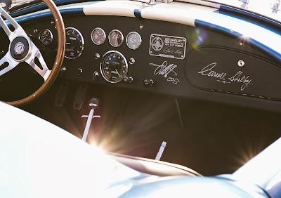 автограф Себастьяна Феттеля на приборной панели Shelby Cobra после парада пилотов Гран-при США 2013