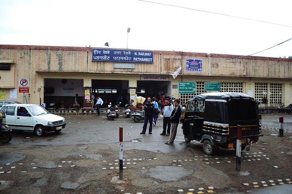 индия железная дорога вокзал патханкот тук тук