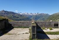 Hoch oben auf dem Bäzberg. Ende der befahrbaren Schotterstrecke. Zwei Geschützstellungen mit ausgezeichneter Abdeckung des umliegenden Gebiets.