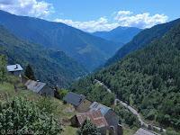 Schön schmal, schön lang: Der Weg durch das Tal von Saint-Étienne-de-Tinée zum Col de la Couillole (1678 m). Hier beim Örtchen Roubion.
