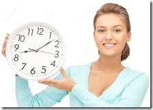 Una donna mostra l'orologio