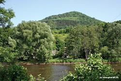 Na pravém břehu Ohře vidíte přírodní památku, skalnatý vrcholek Mravenčák, která dokumentuje geologický vývoj okraje Doupovských hor. Na jejím území se vyskytují vzácné teplomilné  ostliny. Poblíž obce Ciboušov ležící cca 2 km od Klášterce se nalézají přírodní památky Doupňák a Ciboušov. Jsou významné pro svá naleziště jaspisů, achátů a ametystů.