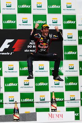 прыжок Марка Уэббера на подиуме после победы на Гран-при Бразилии 2011