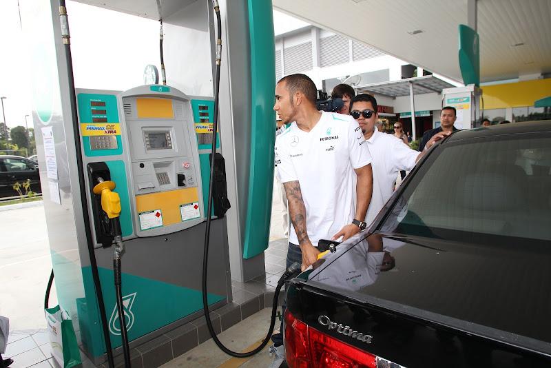 Льюис Хэмилтон заправляет машину на заправке Petronas перед Гран-при Малайзии 2013