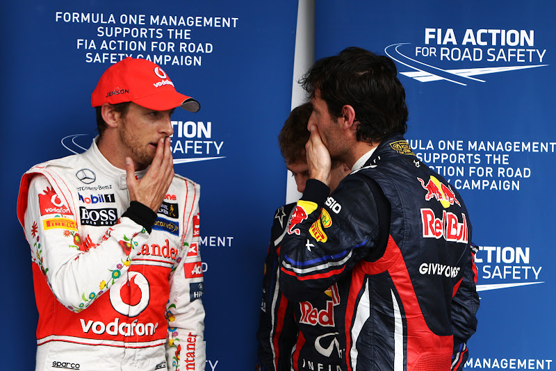 Дженсон Баттон показывает усы Марку Уэбберу после квалификации на Гран-при Бразилии 2011