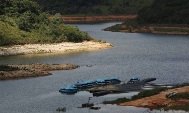 Despite the summer rains, Sabesp still removes dead volume of water in the Atibainha dam, in Nazaré Paulista, by means of pumps. Photo: Marcos Alves / O Globo