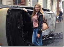 La foto della turista con l'auto bruciata