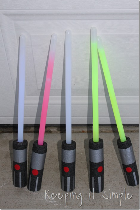 DIY-Glowing-Star-Wars-Light-Sabers (7)