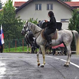 ....neizostavnoj preokupiranosti ( u desnoj ruci ), ni kiša ne smeta!.... by Katica Pecigoš-Kljuković - People Street & Candids
