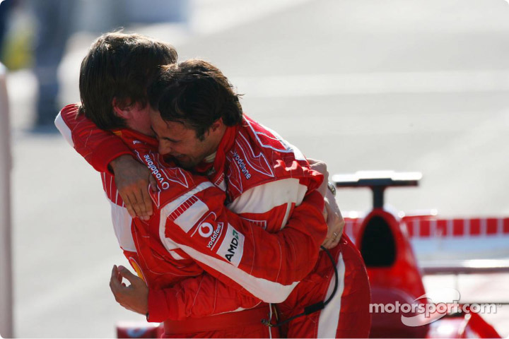 Фелипе Масса и Роб Смедли обнимаются после победы на Гран-при Турции 2006
