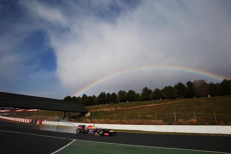 Марк Уэббер за рулем Red Bull и радуга на трассе Каталунья на предсезонных тестах 28 февраля 2013