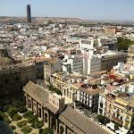 """widok z Giraldy, słynnej wieży katedry w Sevilli (w tle widać """"szminkę"""", znienawidzony przez mieszkańców jedyny wieżowiec  w mieście)"""