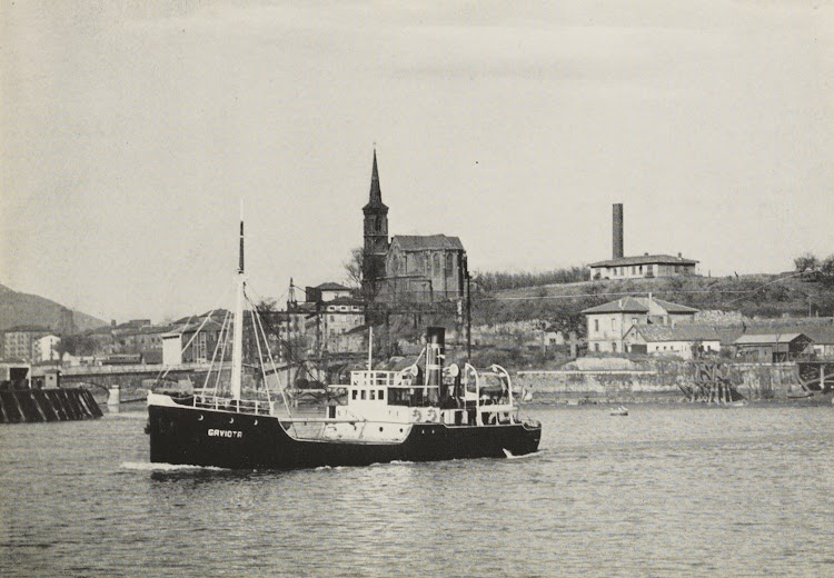El vapor GAVIOTA navega hacia Bilbao, en la confluencia del río Galindo con la ría del Nervión. Foto remitida por el Sr. Juan Mª Rekalde. Autor Fullaondo. Nuestro agradecimiento.jpg