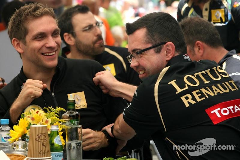 Эрик Буйе ударяет Виталия Петрова в плечо за обедом на Гран-при Бразилии 2011
