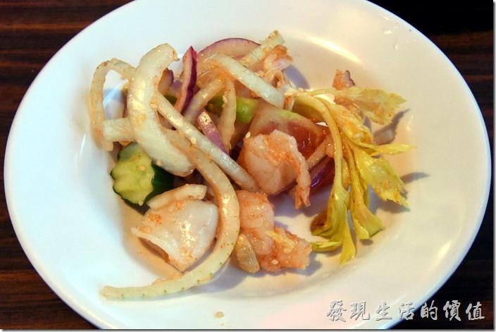 南投清境-好雞婆土雞城。泰式檸香海鮮沙律,NT320。這個好吃,有蝦子、花枝、花生、蕃茄、小黃瓜、洋蔥、西洋芹。