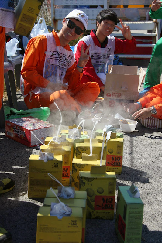 маршалы кушают доширак на трассе Йонам на Гран-при Кореи 2013