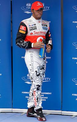 Льюис Хэмилтон в специальном комбинезоне Hugo Boss после квалификации на Гран-при Кореи 2011