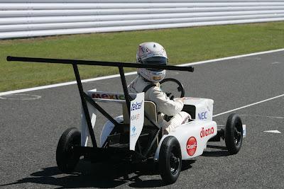 Камуи Кобаяши оглядывается назад в болиде Sauber Soapbox на Гран-при Японии 2011