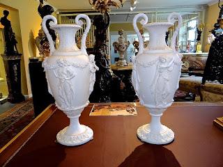 Две антикварные вазы из фарфора. ок.1860 г. Высота 57 см. 3900 евро.