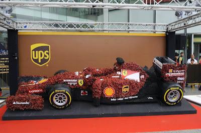 тропический болид Ferrari из коры и фиттонии на Гран-при Сингапура 2014