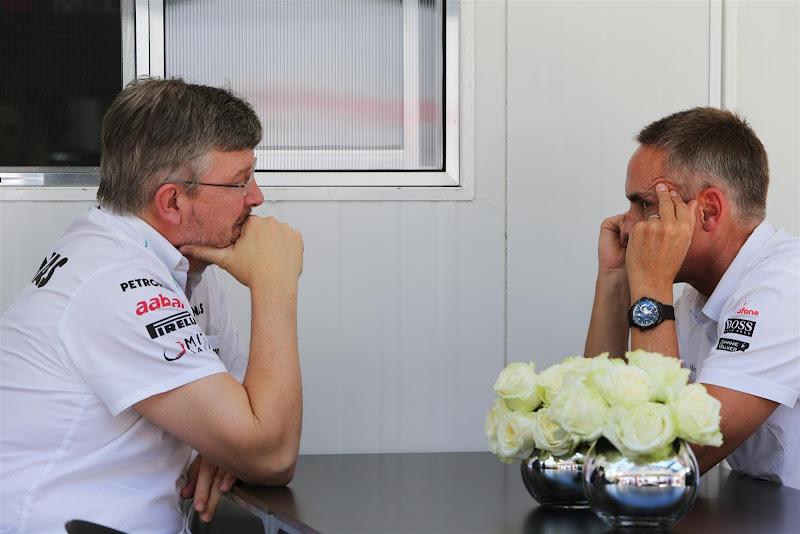 Росс Браун и Мартин Уитмарш за столом на Гран-при Бразилии 2012