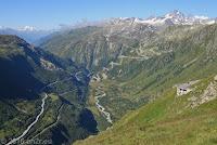 Hoch auf der Westrampe zum Furkapaß. Wie schon vor zwei Tagen. Heute im umgekehrter Richtung. Blick ins Rhonetal. Links die Furkastraße, die im Rhonetal in Richtung Mont Blanc nach Frankreich führt. Unten am Talausgang das Örchen Gletsch, wo die Grimselstraße abzweigt und sich hinauf zum Grimselpaß windet. In der Bildmitte schlängelt sich die Rhone, die rechterhand am Rhonegletscher ihren Ursprung hat. Nach über 800 km mündet sie in Südfrankreich in der Camargue ins Mittelmeer.