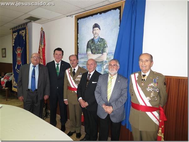 Ante una obra de pintura de S.M. El Rey Felipe VI con los dos primeros generales que la Cofradía inició su vinculación, Evaristo Muñoz Manero y Luis Calero Torrens