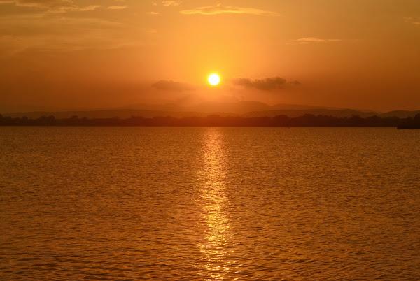 Красочный закат на озере Паракрама Самудра, Полоннарува, Шри Ланка