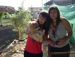 Elena, Marta y uno de tantos conejos del campamento