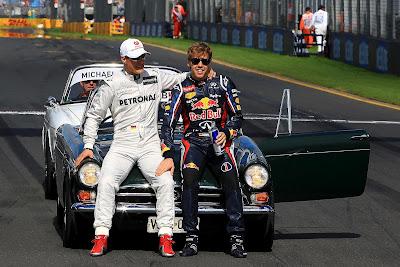 обнимающиеся Михаэль Шумахер и Себастьян Феттель на фотосессии чемпионов на Гран-при Австралии 2012