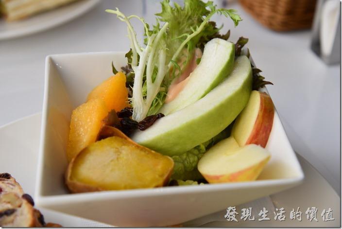 台南-森兜風早午餐。這水果沙拉就不多說了,工作熊總覺得沙拉只要夠新鮮就會好吃,上面淋上千島醬,似乎沒得選擇。