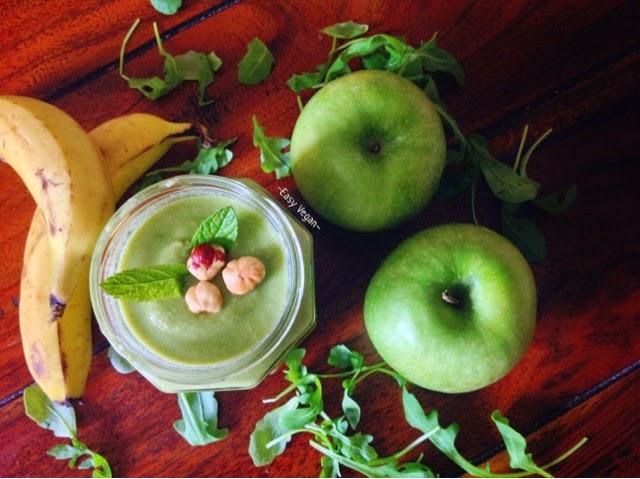 Green smoothie cremoso depurativo ricco di calcio energizzante rinfrescante e idratante, alla mela verde, banana e menta. Frullato vegan