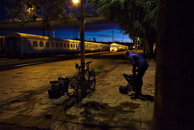 Ajunsi in cele din urma, dupa doua trenuri de noapte, impreuna cu rasaritul in Zugdidi.