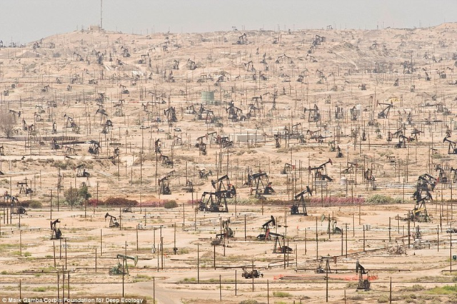 Kern River Oil Field, California​, U.S., 23 December 2013. Depleting oil fields are yet another symption of ecological overshoot. Photo: Mark Gamba / Corb​is