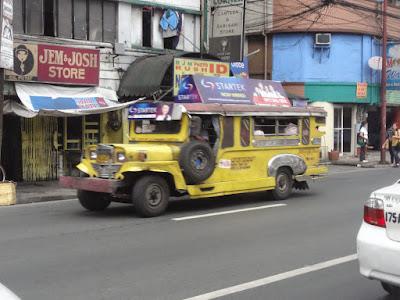 Bilde av en gul jeepney