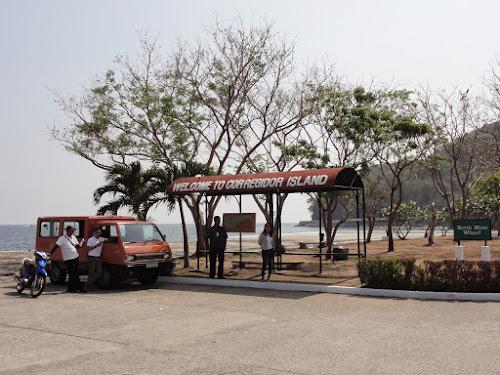Busskur med teksten Welcome to Corregidor Island