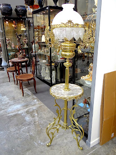 Напольная лампа ок.1900 г. Стеклянный белый плафон, мраморный столик, позолоченная бронза. 170/42 см. 3000 евро.