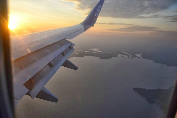 самолет, крыло, полет, земля, берег, FlyDubai