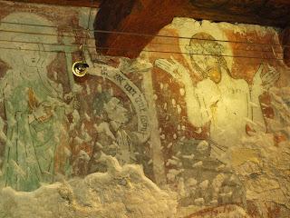 polichromia na ścianie Domu Długosza przedstawiająca Zmartwychwstałego Chrystusa i Jana Długosza za młod (najprawdopodobniej).