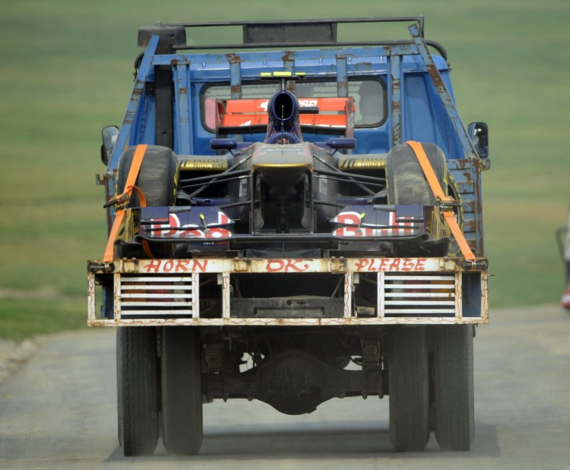 Toro Rosso эвакуируют после вылета во время первой сессии свободных заездов на Гран-при Индии 2011