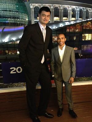Льюис Хэмилтон и великан Yao Ming перед Гран-при Китая 2012
