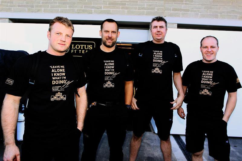 механики Lotus в футболках Кими Райкконена Leave me alone на Гран-при США 2012