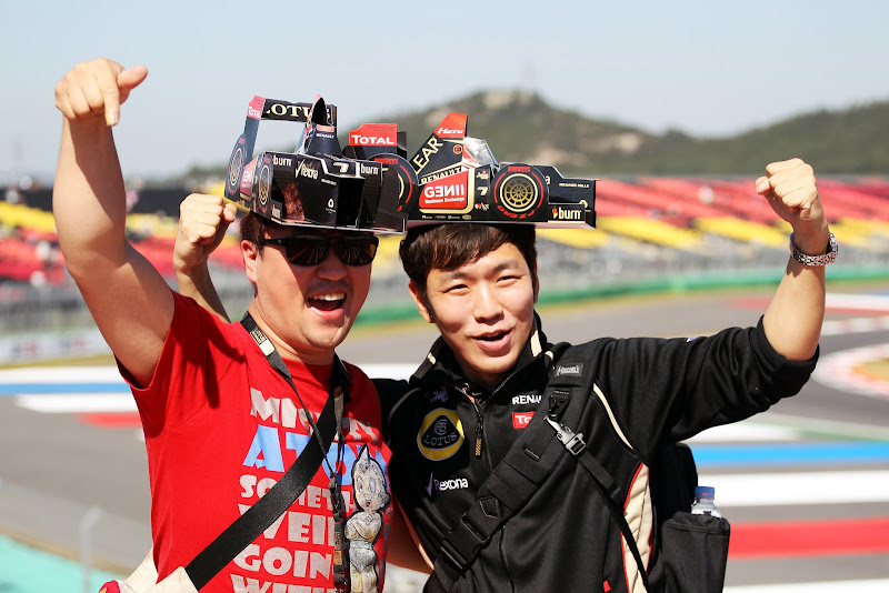 болельщики Lotus в кепках-болидах на Гран-при Кореи 2013