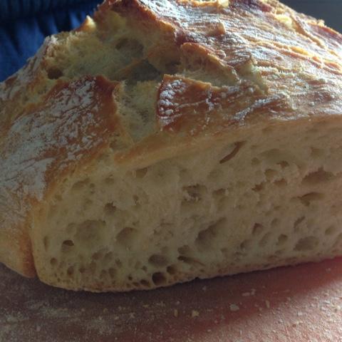 Angeschnittenes No Knead Bread