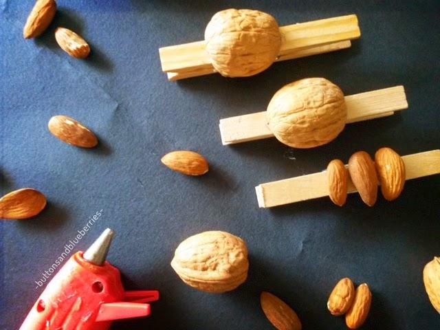 Fai-da-te idea regalo : mollette decorate Questo è un semplicissimo progetto fai-da-te adatto per un regalino ma anche per casa vostra: mollette di legno decorate con frutta secca.