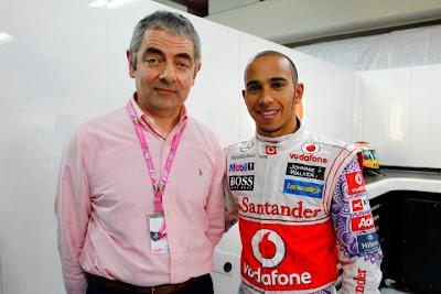Роуэн Аткинсон и Льюис Хэмилтон на Гран-при Индии 2011