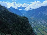 """Auf der """"Balkonstraße"""" D211B von Alpe d'Huez auf dem Pas de la Confession (1530 m) nach Villard-Reculas. Unverbaubarer Tief- und Weitblick ins Tal mit dem Fluß La Romanche."""