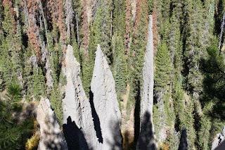pinnacles.  תופעה מוזרה של התפרצות לבה בצינורות מתוך האדמה ונוצרים צריחים..