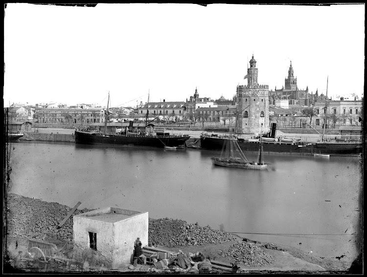 El vapor que se ve a la derecha es el CAMARA, de Vinuesa. Puerto de Sevilla. Años 1880 o principios de los 1890. Fototeca del Patrimonio Historico.jpg