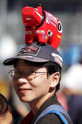 болельщик Red Bull со зверушкой на кепке на Гран-при Японии 2011